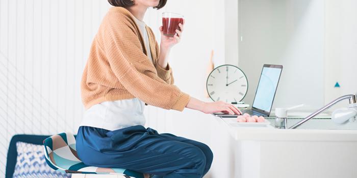 自宅で最新ビジネスを行う女性